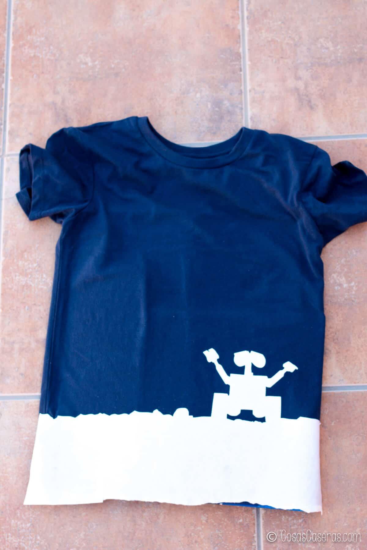 Camiseta con silueta de Wall-E en papel de congelador pegado a la parte inferior