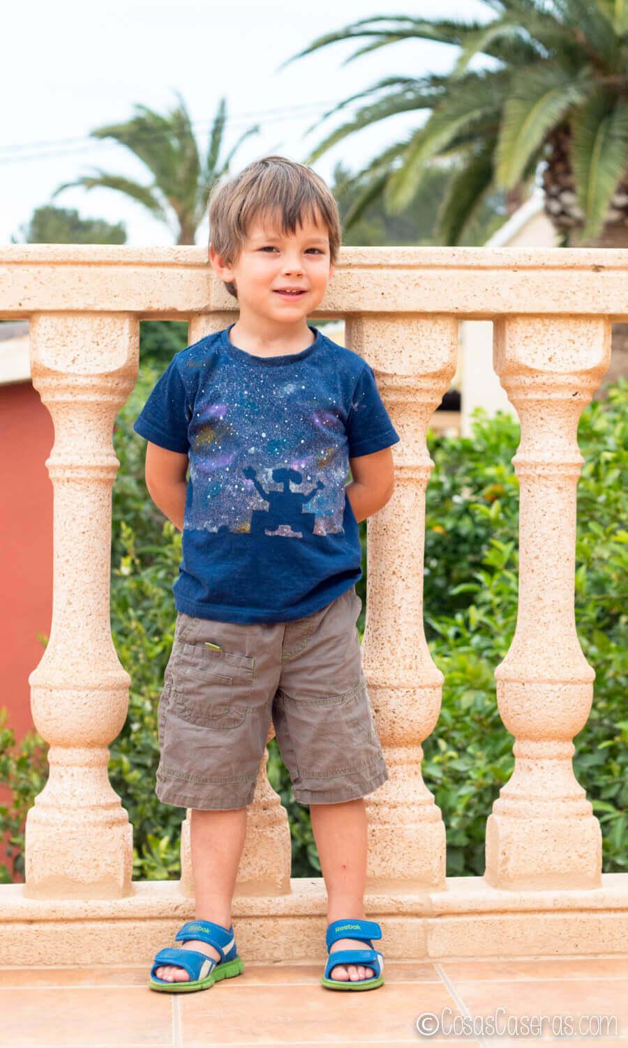 Niño con camiseta de Wall-E, hecha con lejía y pinturas, puesta