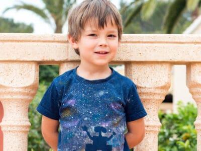 Un niño con una camiseta de Wall-E puesto