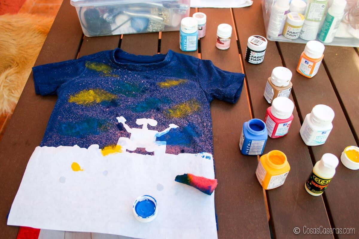 Camiseta de Wall-E después de echar lejía en spray y empezar a pintarla con pinturas de tela