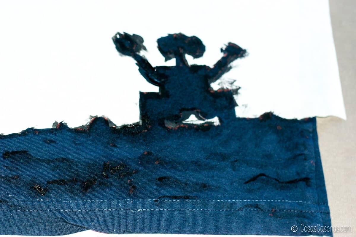 Pintando encima de los fallos donde la lejía había manchado las partes oscuras de la silueta de Wall-E