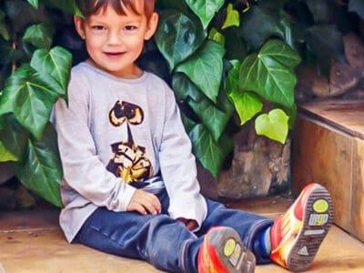 Un niño que lleva una camiseta de Wall-e