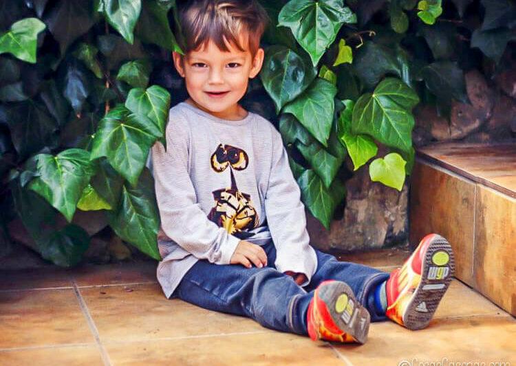 Niño en una camiseta de Wall-E hecha de plantillas