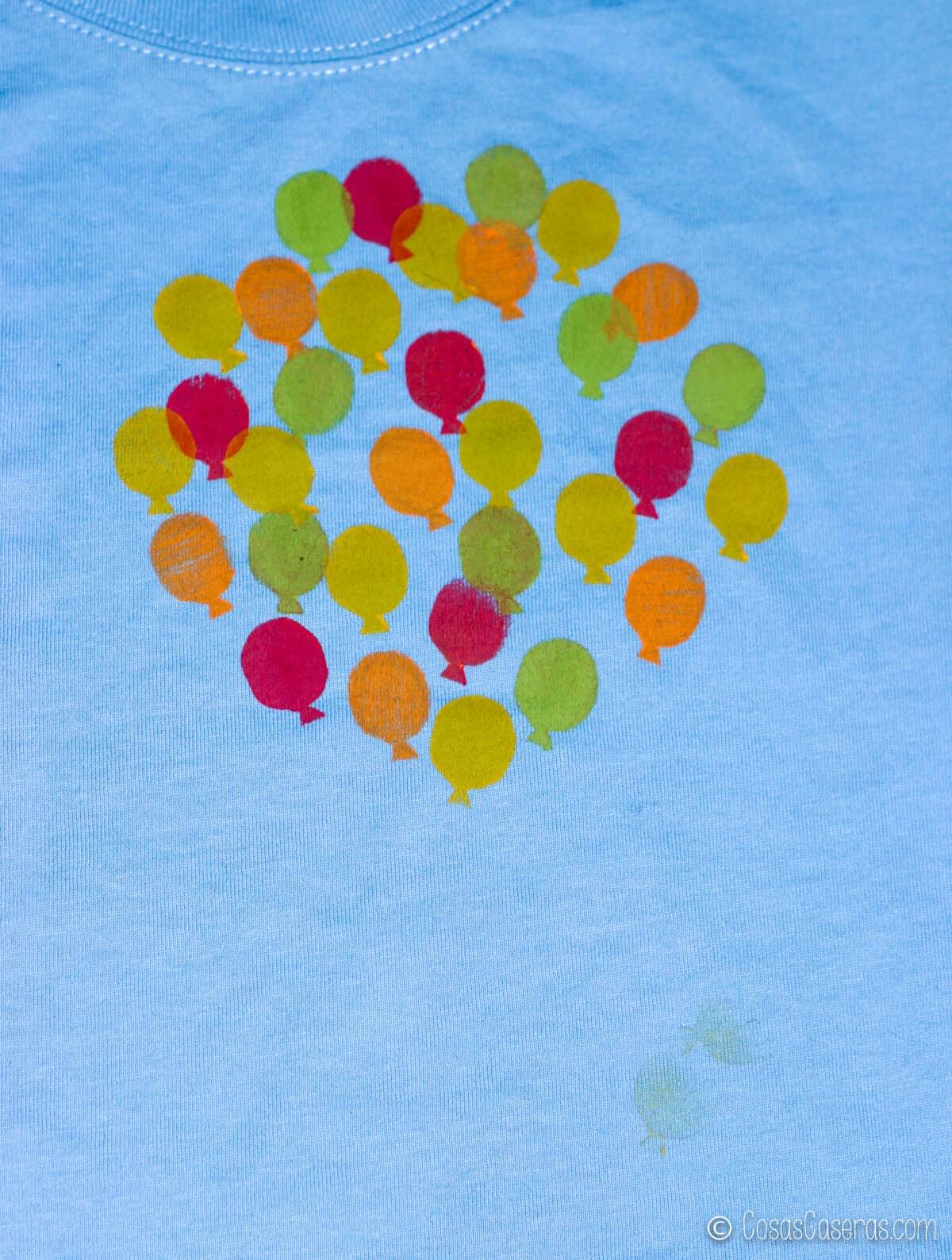 La camiseta ya tiene muchos más globos y colores