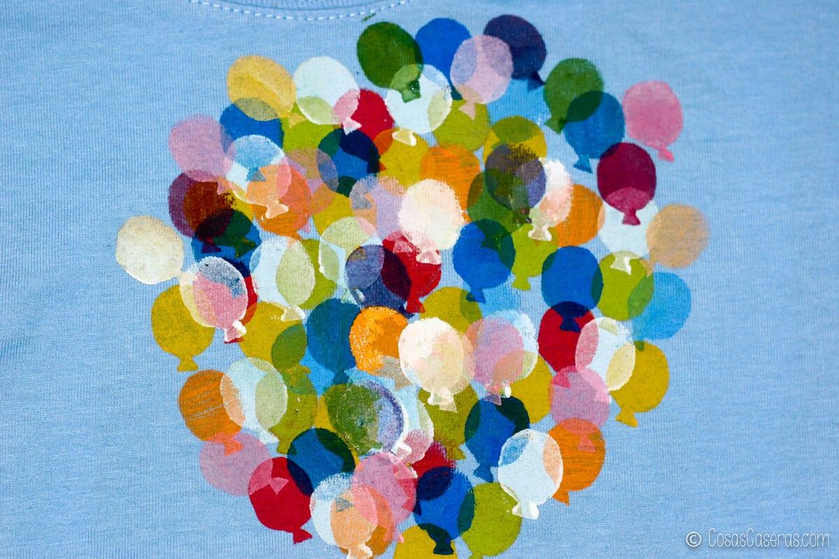 la camiseta con muchísimos globos de muchos colores