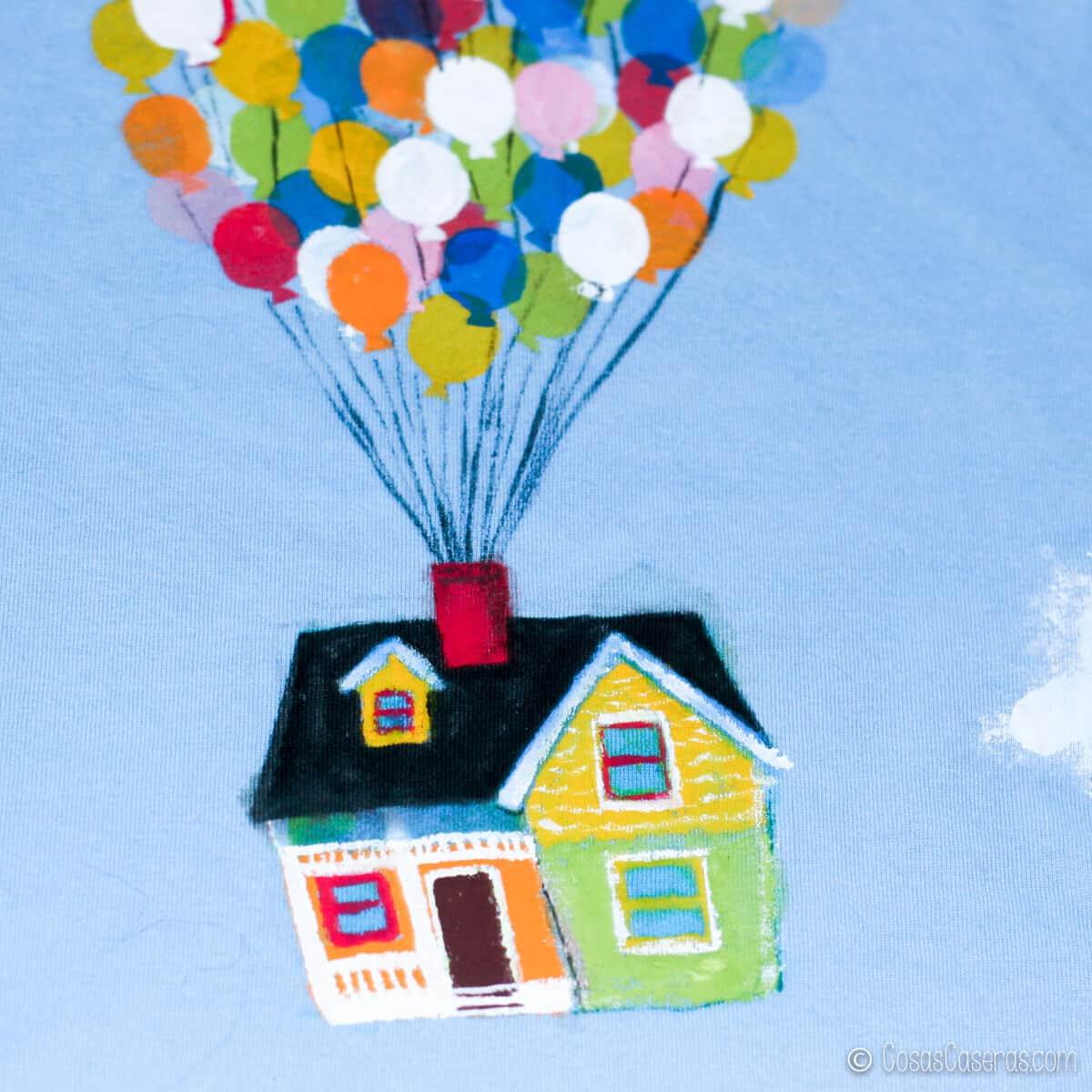 camiseta de la casa Up con la casa y las cuerdas ya pintadas