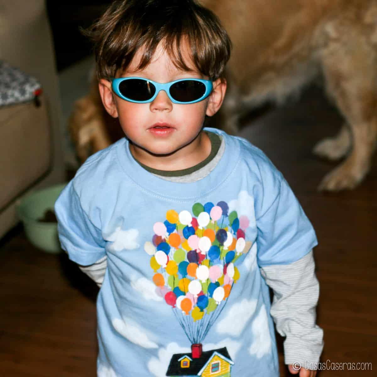 Niño con camiseta de globos