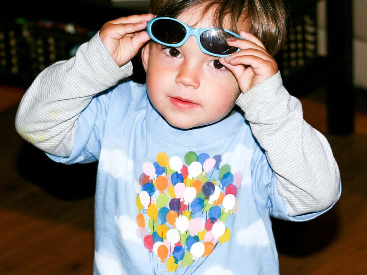 Un niño con una camiseta casera de la casa de Up con globos