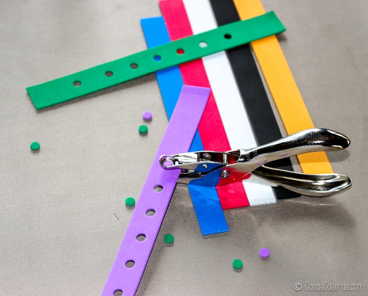 varias pulseras hechas de goma EVA con adornos para Crocs