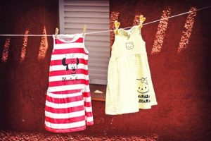 Como decorar ropa. En este ejemplo os enseño unos vestidos que embellece para un cumple. Es una buena manera de personalizar ropa sin gastar mucho dinero.