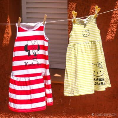 2 vestidos de rayas pintados colgados fuera