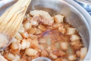 Se va formando un líquido en la olla, que es la manteca de cerdo