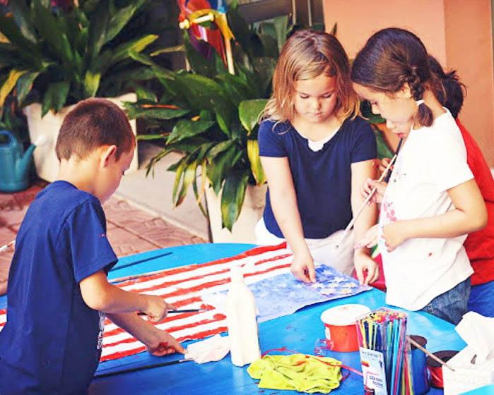 Celebrando el 4 de Julio en España con otra expatriada y varios niños, hicimos manualidades y comida en los colores de la bandera Americana: rojo, blanco y azul.