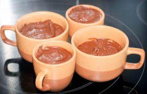 Probé dos recetas de mousse de chocolate fácil de hacer hechos con solo 2 ingredientes; una se ha convertido en una receta favorita en casa.