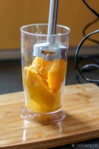 batiendo el mango con una batidora de mano
