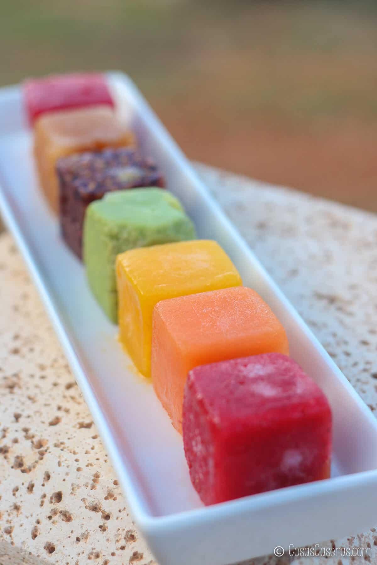 cubitos de hielo hechos de purés de frutas