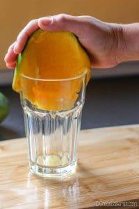 usando el vaso para pelar el mango