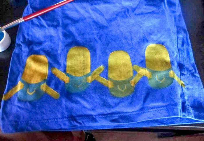 Hacerte una camiseta de minions casera es fácil usando unos sellos caseros hechos de goma espuma. Incluso pueden ayudarte los niños pequeños.