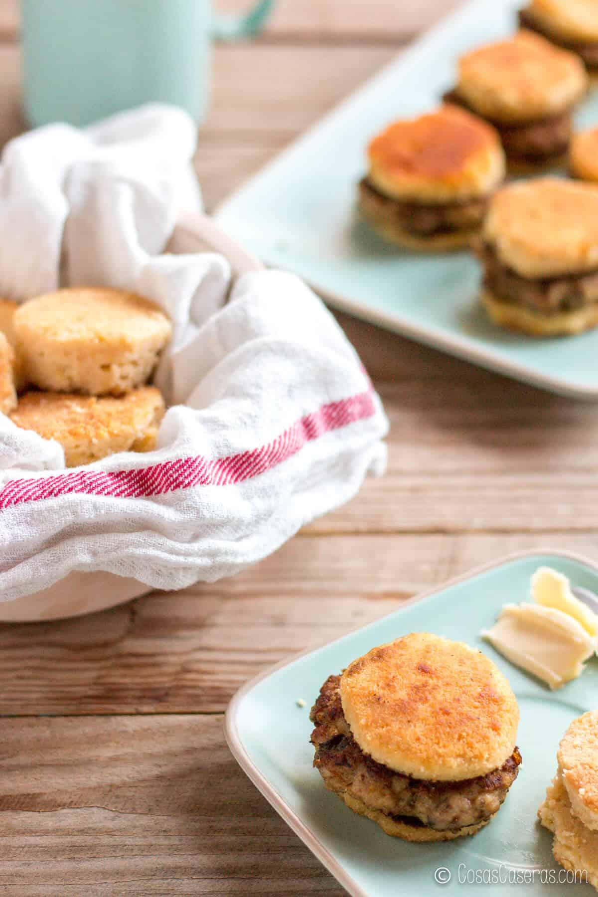 Una de las recetas típicas del desayuno Americano incluye unas salchichas dentro de unos panecillos de buttermilk. Os enseño como hacer salchichas caseras tipo hamburguesa. Son muy fáciles de hacer y están buenísimos.