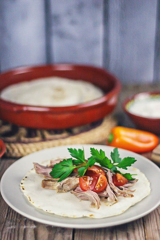 Crujiente por fuera, jugosita por dentro, el cerdo asado de estas carnitas mexicanas le encanta a toda mi familia. Lo sirvo o en tortillas de maíz caseras o tortillas paleo de linaza y os enseño como hacerlas.