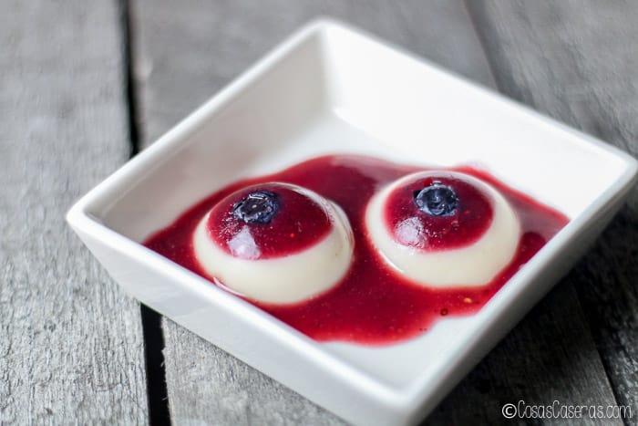 Dos gominolas de ojos sangrientos, los que hice el segundo año, flotando en un puré de frutas de bosque.