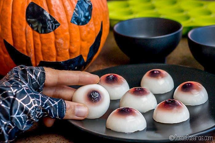 ¿Buscas una golosina más saludable para Halloween? Aprende a hacer gominolas de ojos aptos para la dieta paleo, con ingredientes que no asustan. #gominolas #halloween #gelatina