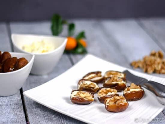 Rápidos y sencillos de preparar, pero a la vez elegantes, estos dátiles rellenos de crema de queso y nueces son un aperitivo ideal para estas Navidades. #cosascaseras #aperitivos #dátiles #queso #nueces #fiestas