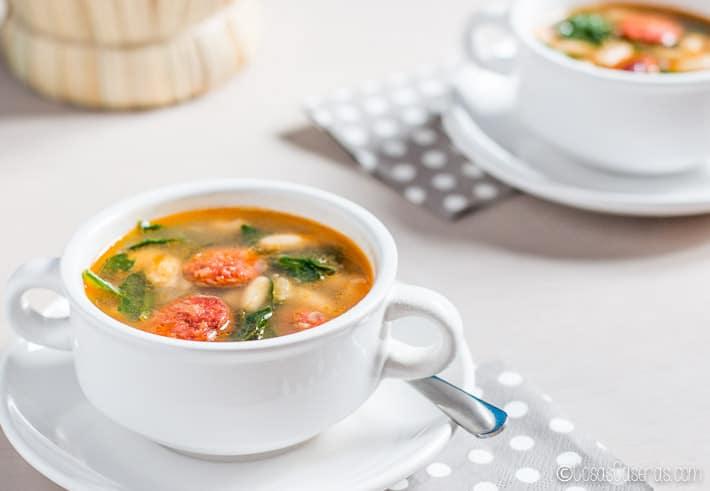 Perfecta para un día frío y lluvioso, esta sopa de alubias blancas con chorizo y espinacas es fácil de hacer, sabrosa y reconfortante. #sopas #chorizo #habichuelas #alubias #alubiasblancas