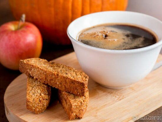 Perfectos para mojar en el café, estos biscotti de calabaza y especias también son aptos para los veganos, los que siguen el dieta paleo y los que no toleren los lácteos. #cosascaseras #recetasfaciles #galletas #biscotti #recetasitalianas #sinlacteos#sinazucar#recetassaludables#postressaludables#antojosaludables#recetassingluten#recetassinlactosa#recetassanas#cocinasaludable#comidareal#comida#cocina#cocinareal#paleo #vegano #recetaspaleo #singluten #recetasveganas