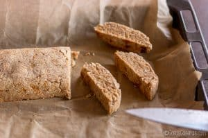 cortando biscotti en rodajas