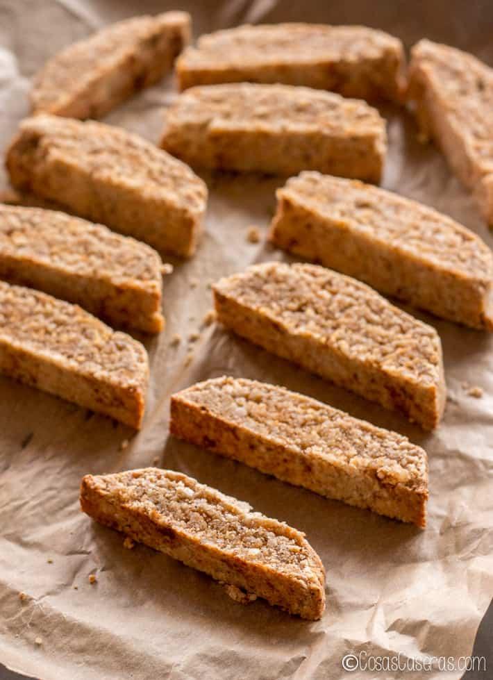 Las rodajas de biscotti en una bandeja para cocinar al horno