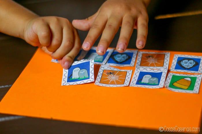 pegando sellos de Halloween a un papel