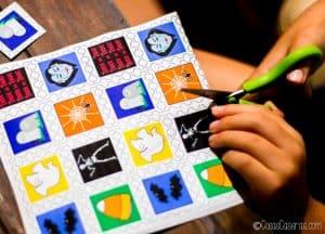 Cortando unos sellos de Halloween con tijeras