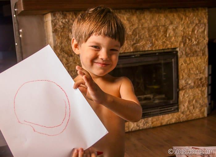 un niño enseñando un dibujo