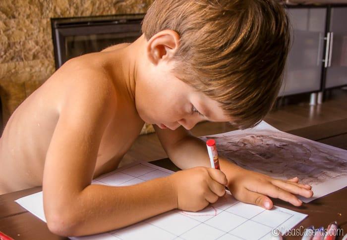 un niño dibujando pequeños dibujos para hacer sellos