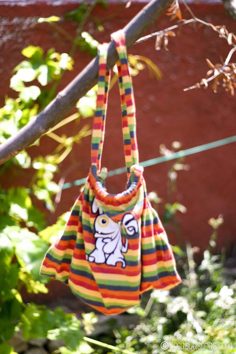 Mochila hecha de una camiseta de niño