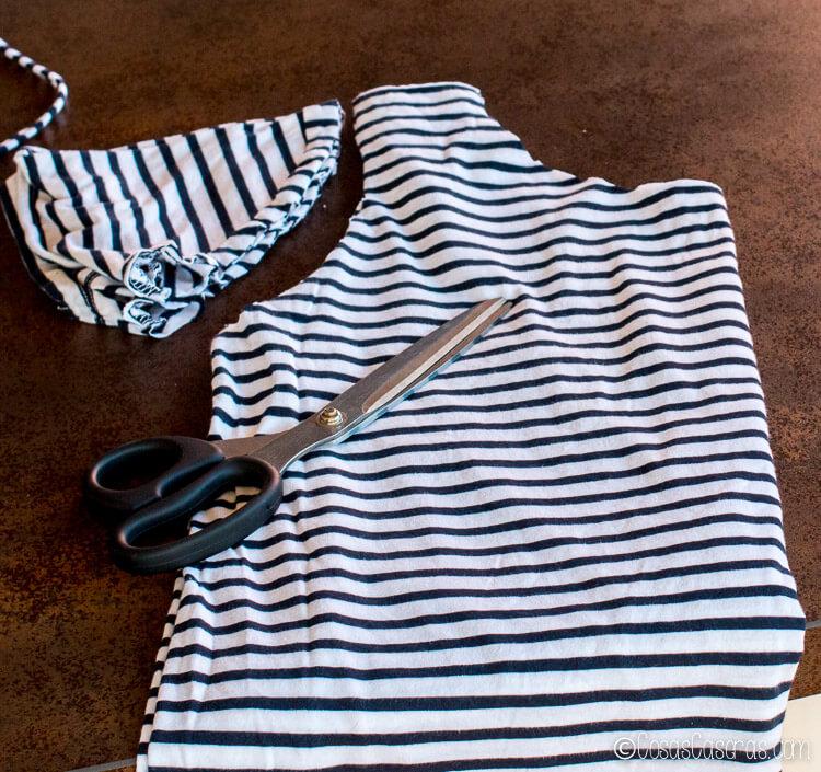cortando las mangas y el cuello de la camiseta