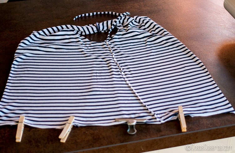 preparando la camiseta para poder coserla y convertirla en bolsa