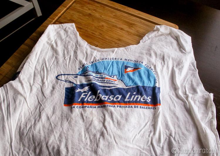 camiseta con dibujo cortada para hacer una bolsa