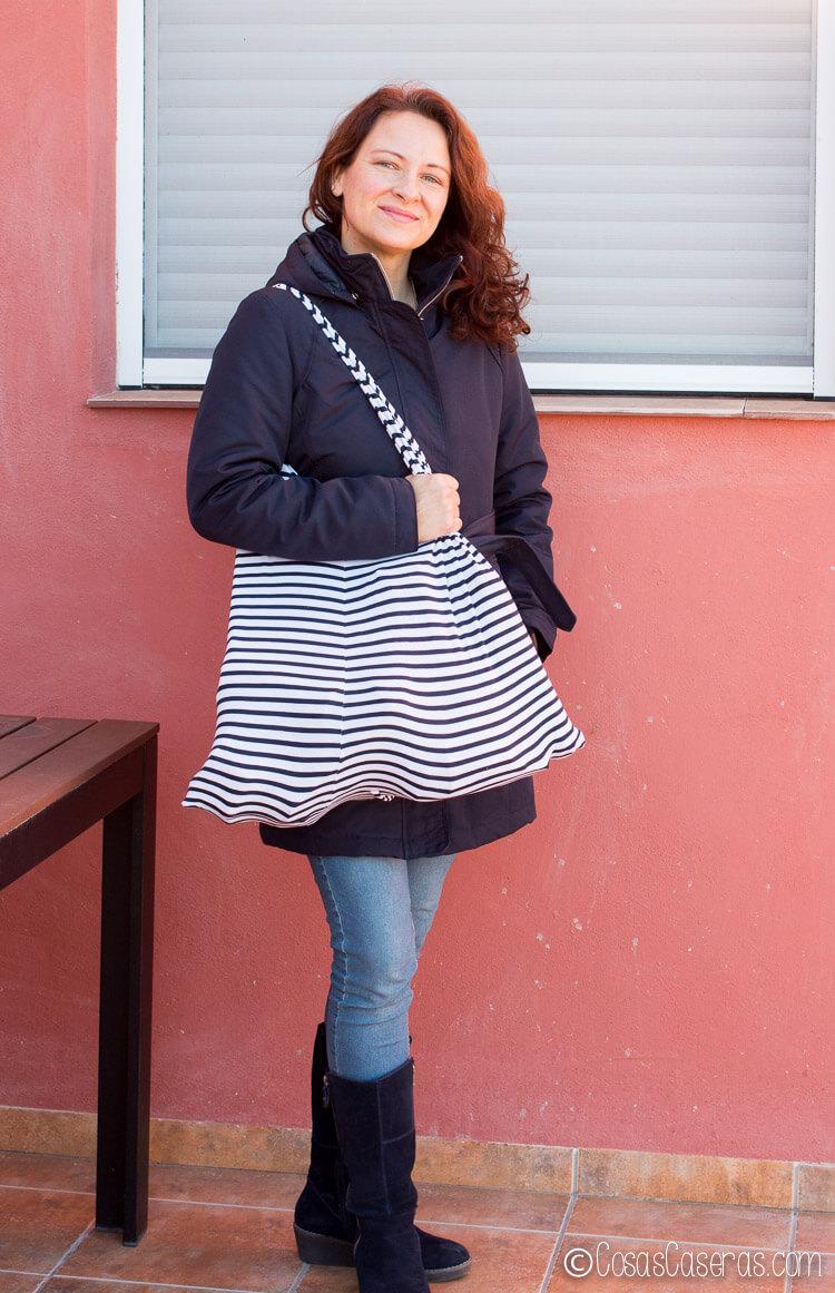 chica con una bolsa de compra hecha de una camiseta de rayas