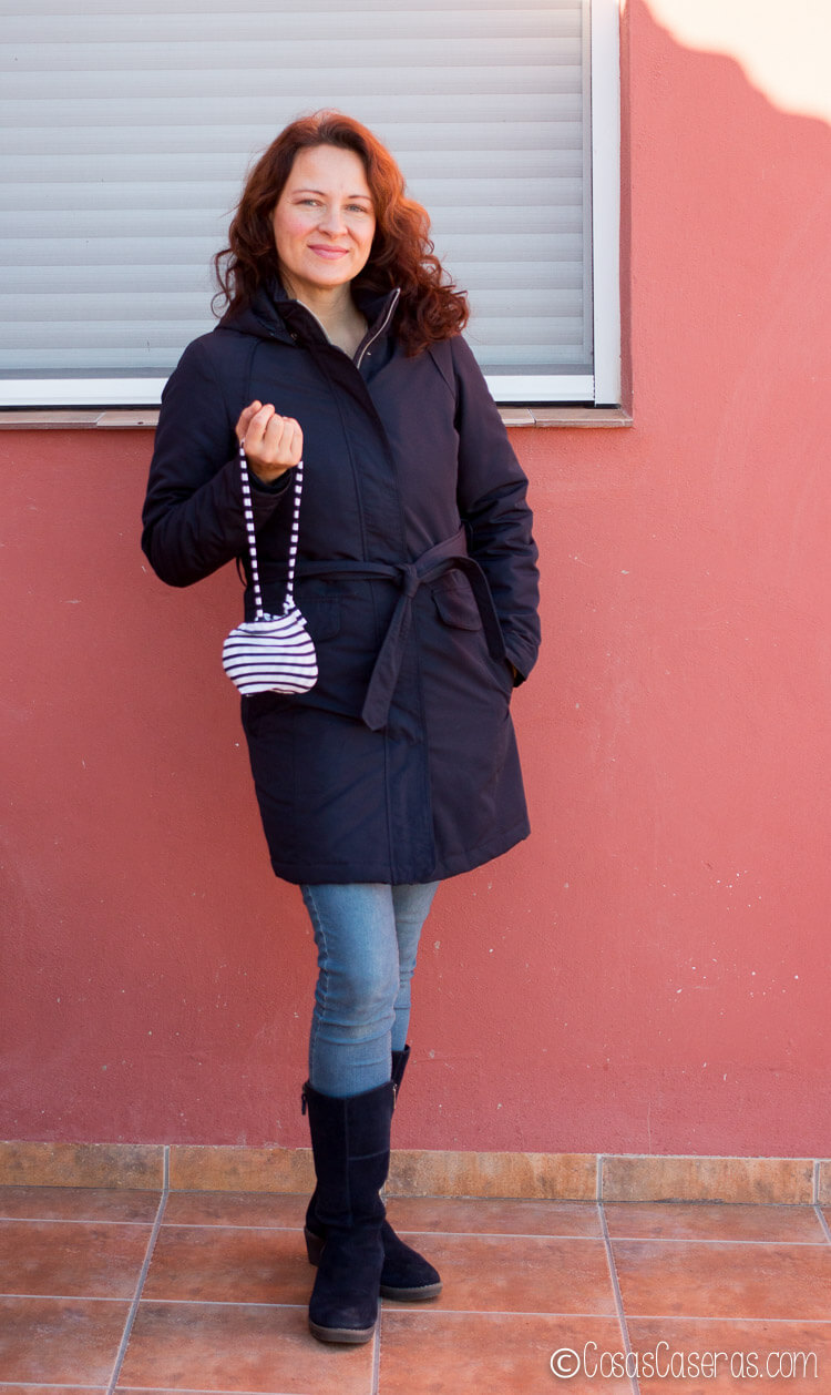 Una chica preparada para comprar con la bolsita de tela en la mano