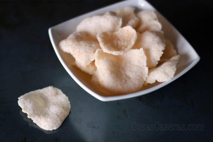 Pan de gambas, o keropok, el aperitivo más común de los restaurantes chinos en España, se puede hacer en casa. Aprende hacer pan de gambas casero que realmente sabe a gambas.
