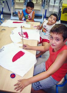 Esta técnica de como pintar una mandala en tela, camisetas, u otro materiales es tan sencillo que incluso lo pueden hacer los niños.