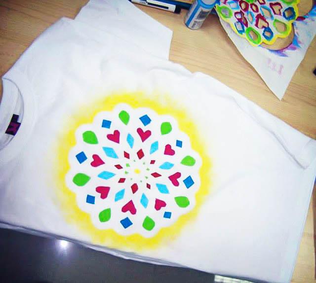 C mo pintar un mandala f cilmente en tela incluso para ni os cosas caseras - Plantillas para pintar camisetas a mano ...