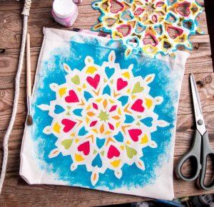 Esta técnica de como pintar una mandala en tela, camisetas, u otro materiales es tan sencillo que incluso lo pueden hacer los niños. También os enseño como recortar un copo de nieve en papel.