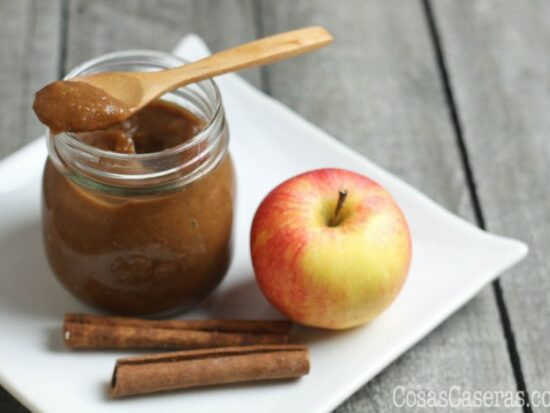 Esta mantequilla de manzana es un tipo de mermelada de manzana especiada popular en el otoño en los Estados Unidos. Es facil de hacer y es delicioso.