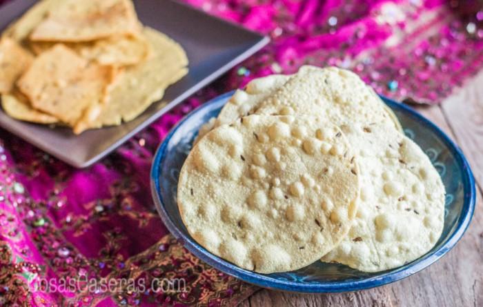 Los papadums son un pan plano crujiente de India, perfecto para acompañar las comidas. Aprende hacer papadums caseros de lentejas, urids, y otros legumbres.