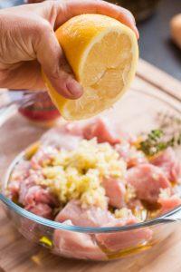 Con esta receta de souvlaki, os enseño como marinar carne para que salga sabrosa y blanda. Souvlaki es un plato típico griego de pinchos de carne adobada.