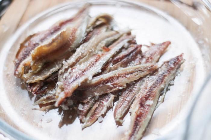 Limpiar las anchoas quitando las vísceras y la cabeza y, a continuación, enjuagar la cavidad del vientre. Homemade sal curado anchoa filetes son fáciles de hacer, saludable y muy sabroso. Lea cómo limpiar el pescado, la cura, y almacenarlo. Añadir una capa de sal de mar a la parte inferior del recipiente de vidrio en la que desea almacenar sus anchoas. Añadir una capa de anchoas, seguido por otra capa de sal de mar, seguido por más anchoas. Homemade sal curado anchoa filetes son fáciles de hacer, saludable y muy sabroso. Lea cómo limpiar el pescado, la cura, y almacenarlo. Continuar capas hasta que haya agotado todas las anchoas, y terminar con una capa de sal, asegurándose de cubrir por completo todos los peces. Homemade sal curado anchoa filetes son fáciles de hacer, saludable y muy sabroso. Lea cómo limpiar el pescado, la cura, y almacenarlo. Para asegurarse de que todos los peces están bien conservados, mezclar un lote de solución de salmuera. Esto se logra mediante la adición de sal a calentar el agua, y la disolución de la mayor cantidad de sal en ella como le sea posible. Una vez que usted tiene su solución de salmuera preparada, se vierte sobre sus anchoas y sal, apenas cubriendo ellos. Homemade sal curado anchoa filetes son fáciles de hacer, saludable y muy sabroso. Lea cómo limpiar el pescado, la cura, y almacenarlo. Cubra el recipiente y ponerlo en la nevera durante unos 3 meses. (Sí, has leído bien!);) Una vez que han pasado 3 meses, usted puede comenzar a echar un vistazo a sus anchoas. Ahora deben ser curada y tener un color de la carne de color marrón claro. Homemade sal curado anchoa filetes son fáciles de hacer, saludable y muy sabroso. Lea cómo limpiar el pescado, la cura, y almacenarlo. Quite unos anchoas de la sal. Me gusta preparar a pocos anchoas a la vez, no más de lo que creo que voy a utilizar en una semana o dos. Filetear cada anchoa por la eliminación de la sección de la columna vertebral con los dedos. Homemade sal curado anchoa filetes s