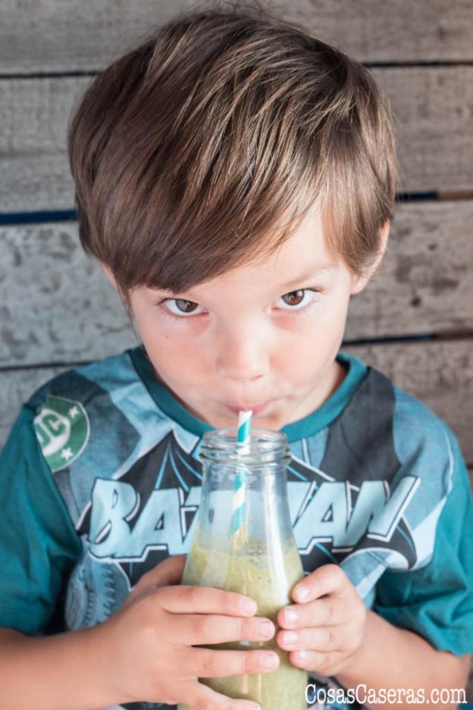 Se pueden colar las frutas y verduras en los batidos para niños. Os enseño el batido preferido de mi hijo, el batido Popeye, un batido con espinacas, claro.